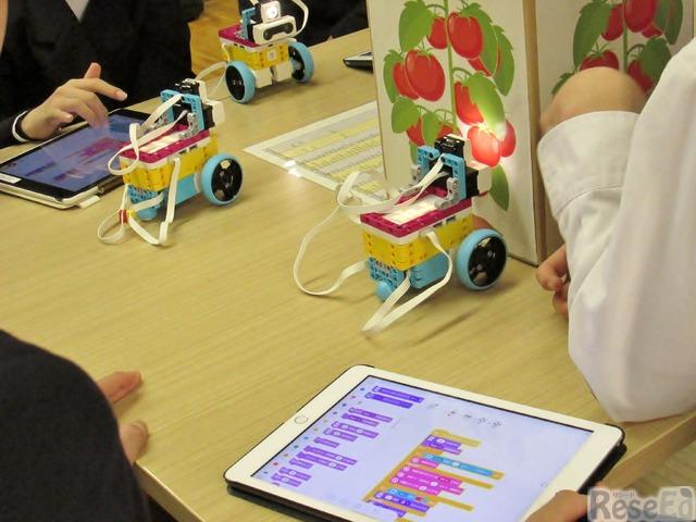 グループごとにプログラミングを修正しながらロボットの動きを検証していく