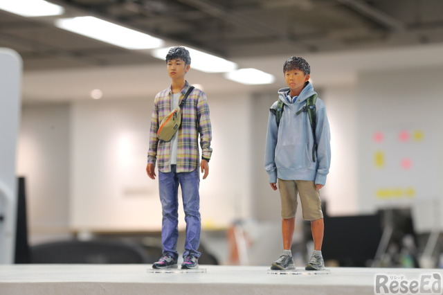 atama+開発の「ペルソナ」として掲げている藤井真一くん(高校生)と藤井純二くん(中学生)兄弟のフィギュア
