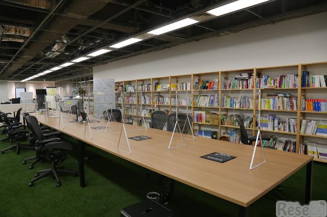 コロナ対策のアクリル版パーテーションが設置されている会議スペース
