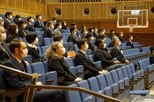 教職員の方々は感染症予防のため間隔を空けて座った