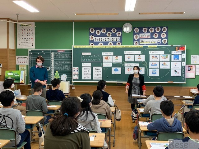 秋田県由利本荘市の由利小学校の英語の授業のようす