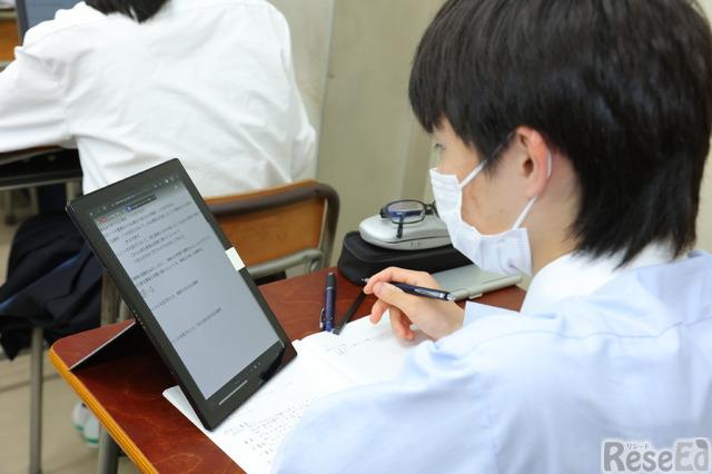 ASUS Chromebookを縦置きにしてペンを利用する生徒