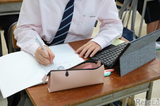 コンパクトなASUS Chromebook、筆箱、ノートを机上に設置して授業に臨む