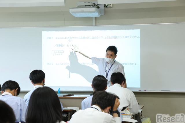 電子黒板にプリントを投影して授業を展開する奥田先生